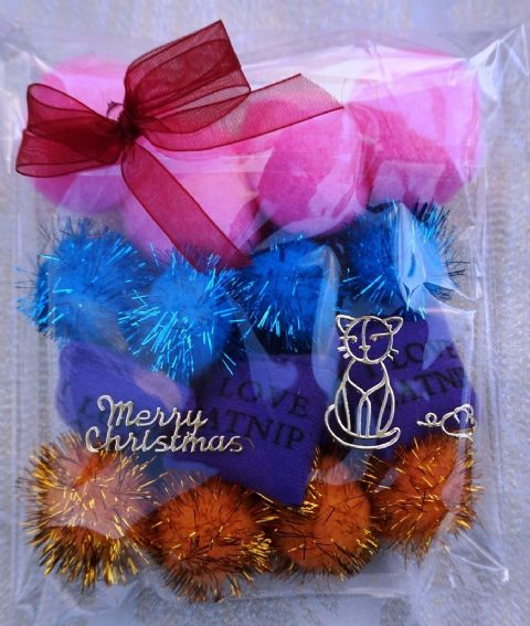 CHRISTMAS CAT TOY PACK - HAND DECORATED AND FILLED WITH 16 ASSORTED CAT TOYS #14